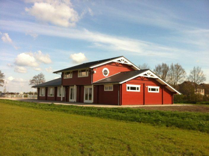 Houten clubhuis 3530